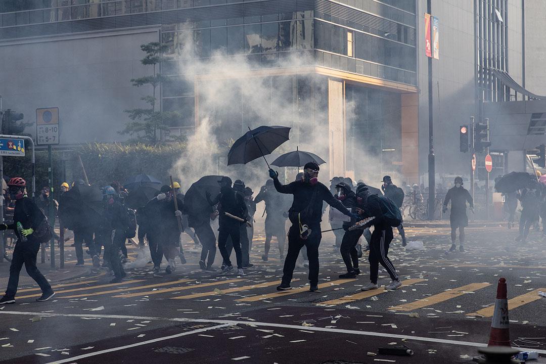 下午四點左右,荃灣,示威者與警方對峙。