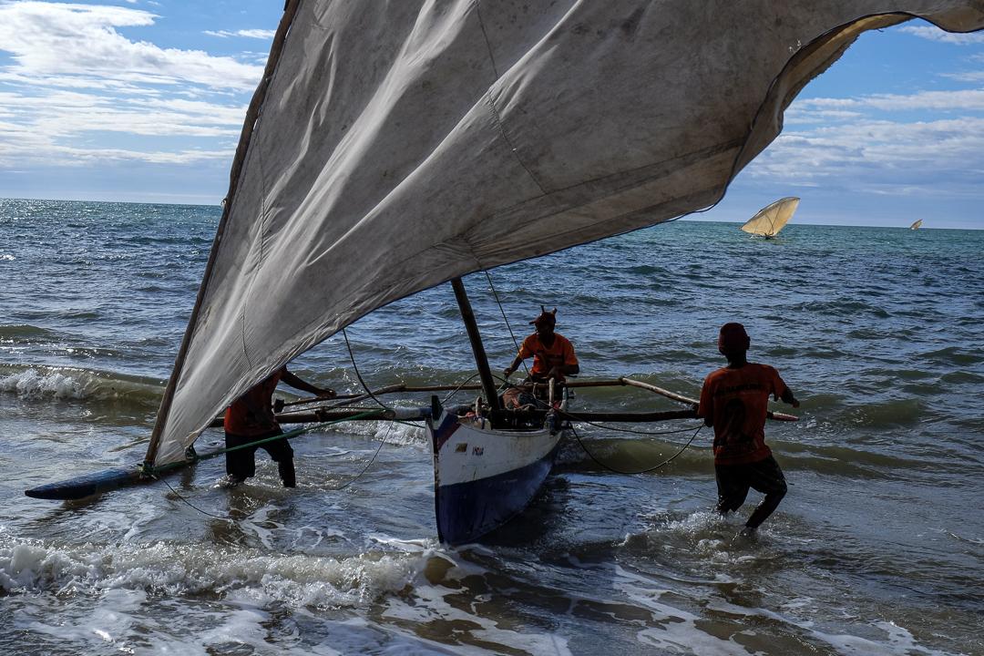 漁民將船停泊在岸邊。