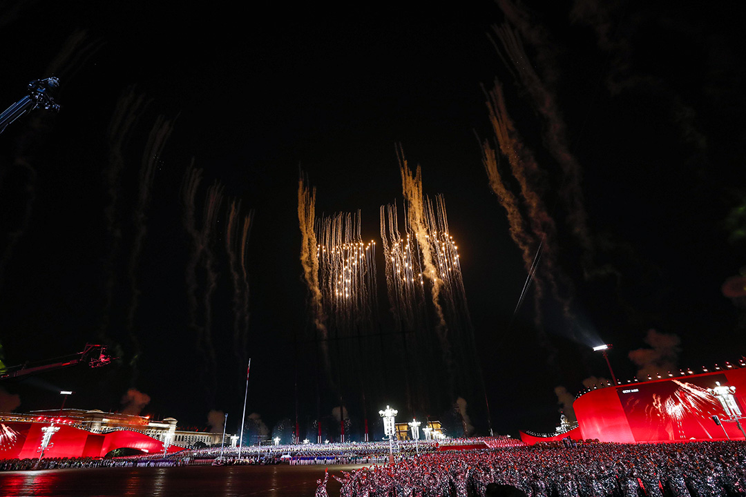 """2019年10月1日北京天安門廣場的晚會上,煙花爆出炸數字""""70""""的形狀慶祝中華人民共和國成立70週年。"""