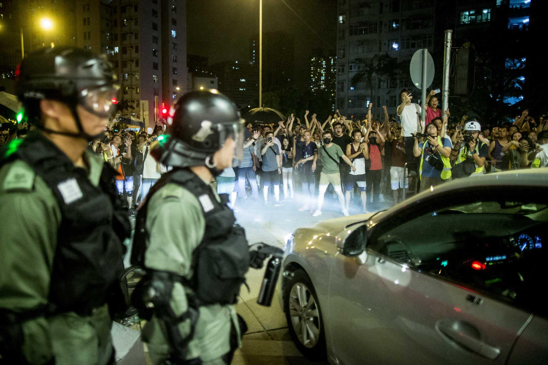 2019年8月3日,大量黃大仙市民喝罵警察。 攝:林振東/端傳媒