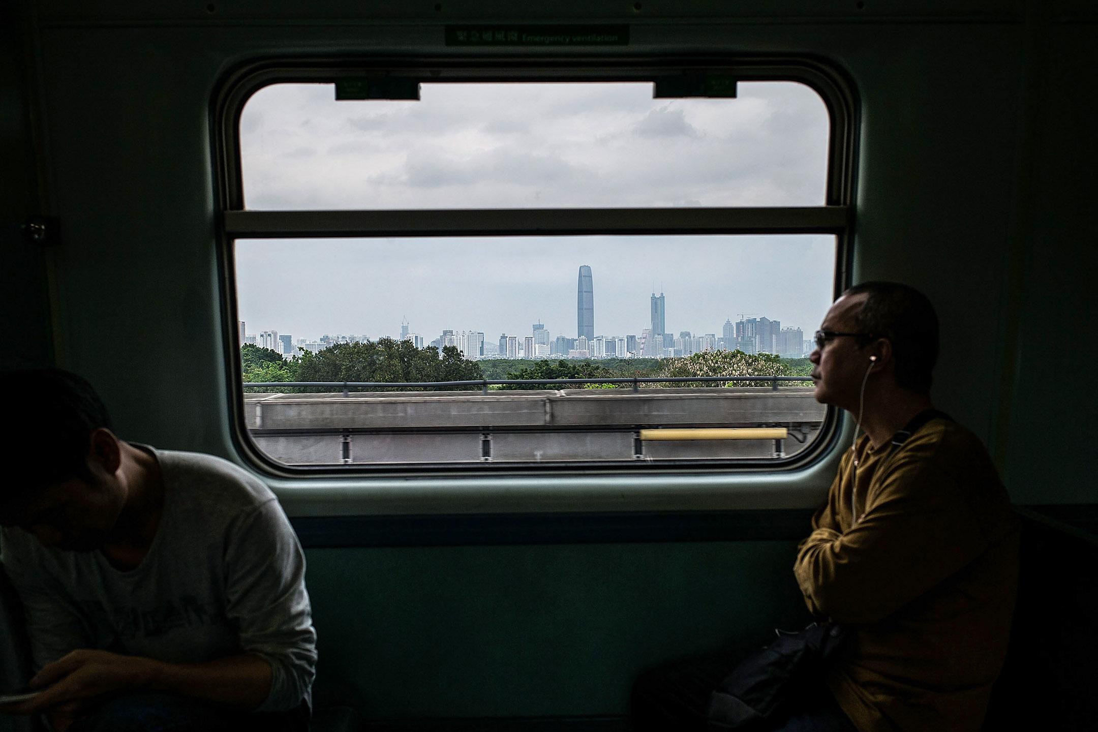 人們在香港乘坐在一列火車由上水到落馬洲關口。 攝:Lam Yik Fei/Getty Images