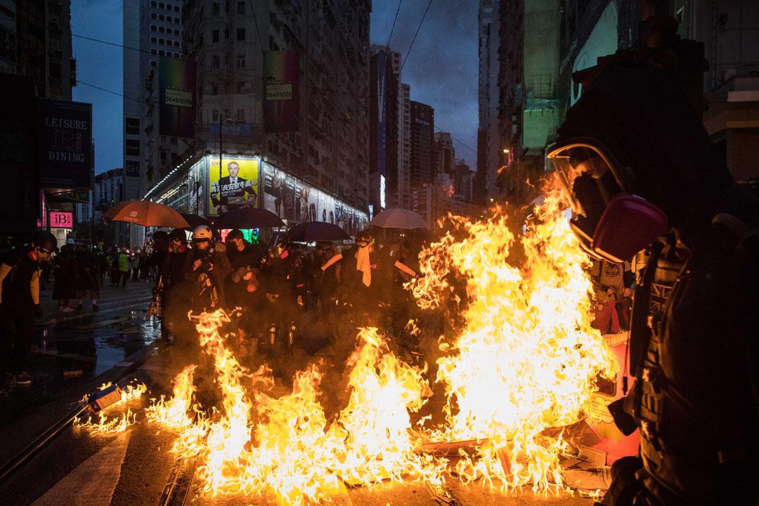 10月6日,傍晚6點左右,港島,示威者燃燒雜物。