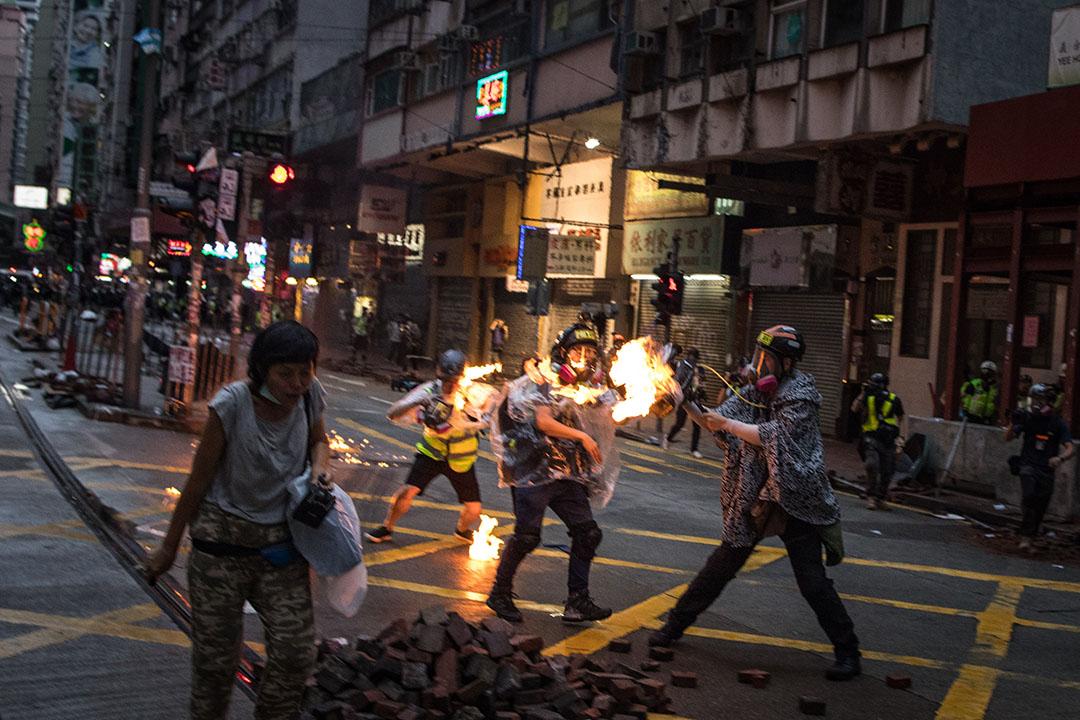 10月6日,傍晚6點左右,港島,示威者投擲燃燒物,港台記者被擊中。
