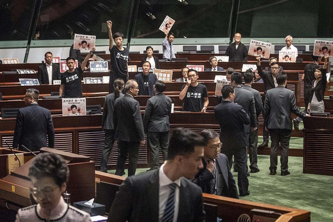 2019年10月16日,林鄭月娥立法會宣讀施政報告,泛民議員示威抗議。