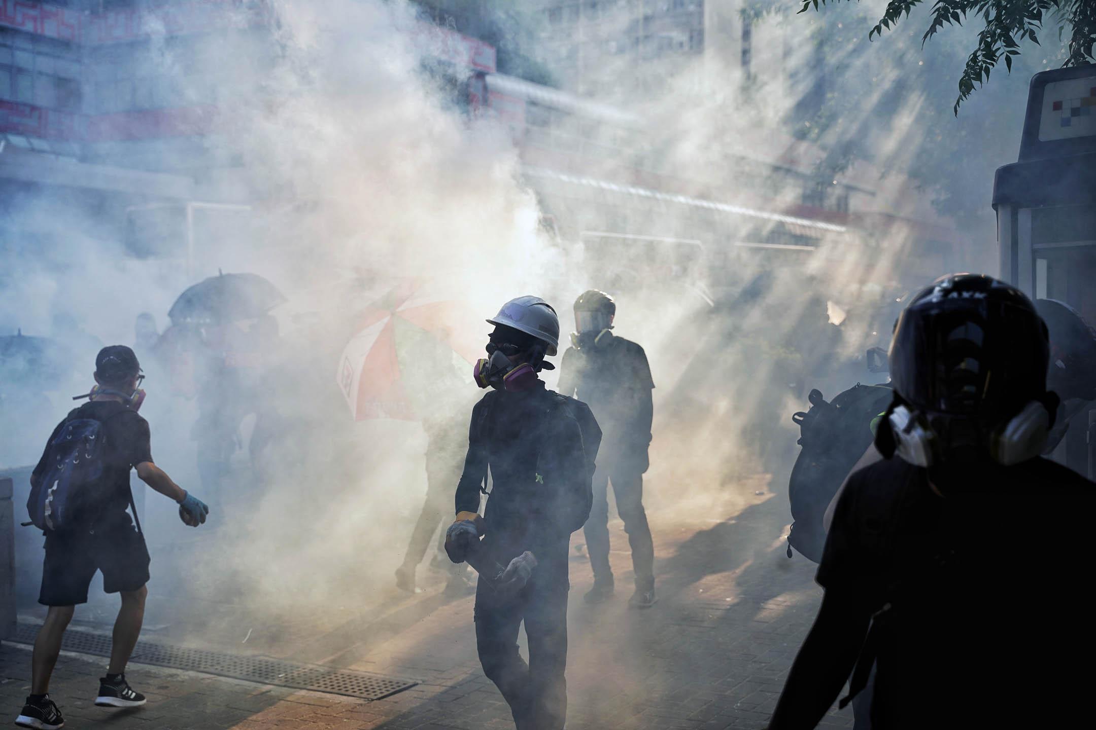 2019年10月1日,香港示威者於各區進行抗議,警察以催淚彈驅散。 攝:劉子康/端傳媒