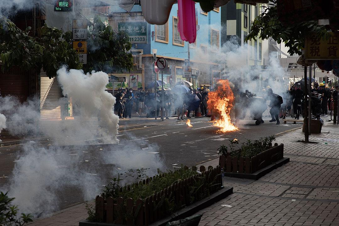 下午4點左右,荃灣,示威者扔擲燃燒物,與警方對峙。