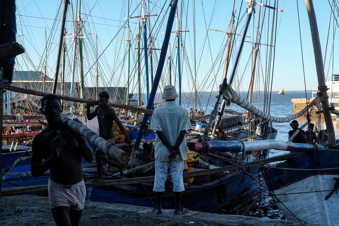 馬達加斯加的港口城市馬哈贊加(Mahajanga),碼頭上的人正在準備出海。 攝:甯卉/端傳媒