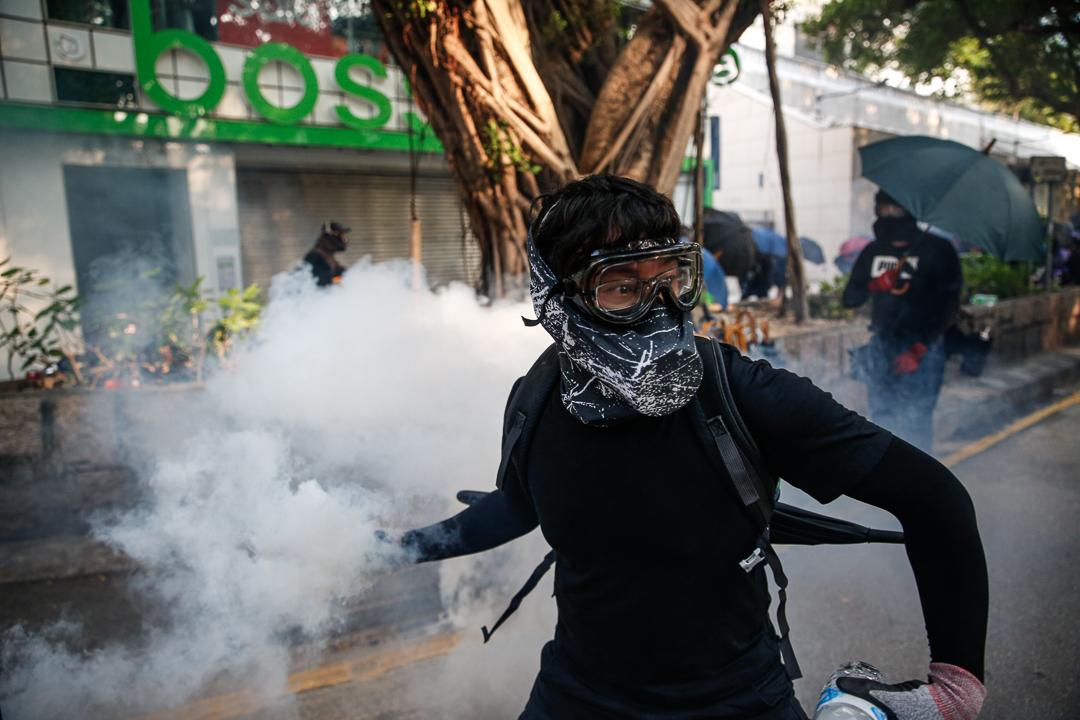 2019年10月20日,九龍區遊行期間,警方以催淚彈驅散示威者。