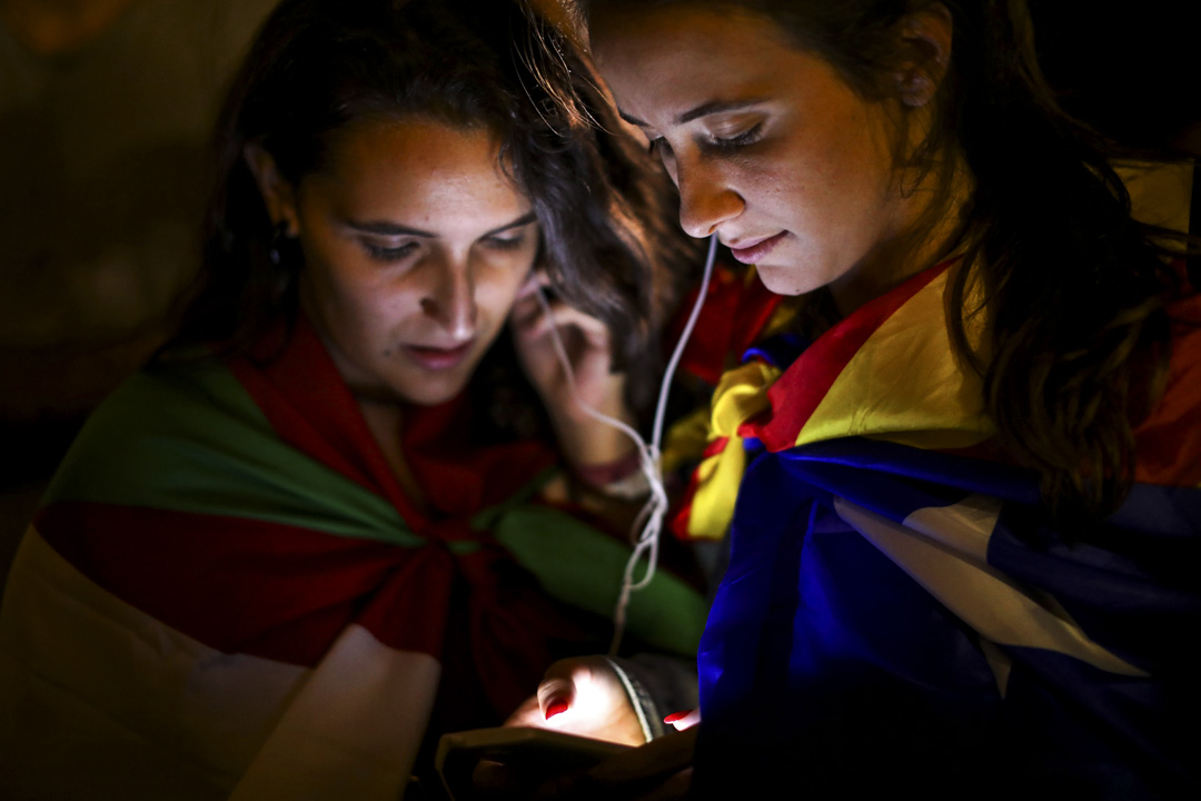 2017年10月1日,巴塞羅拿舉行的加泰隆里亞獨立公投後,等待選舉結果的年青人。