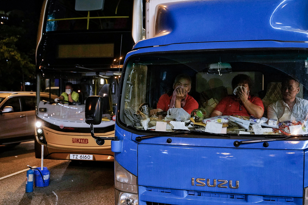 10月5日,午夜零點左右,黃大仙,巴士上的人在抵禦催淚彈。