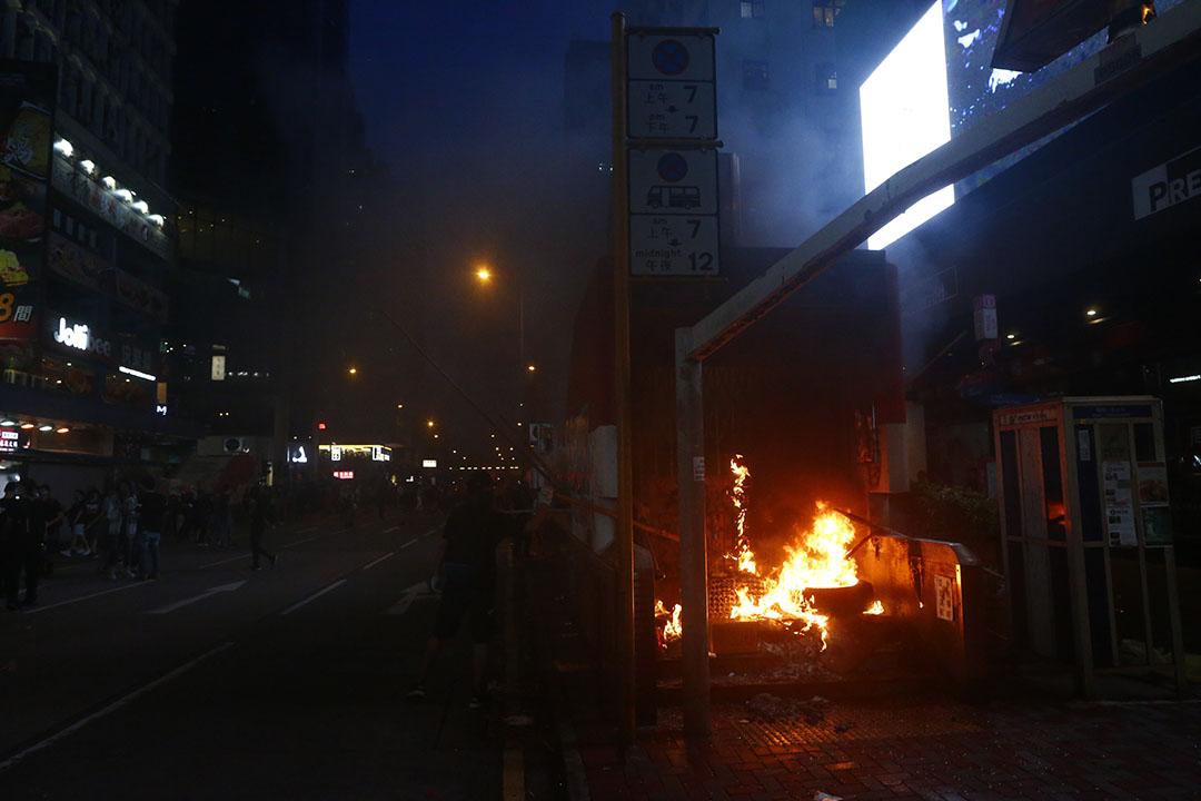 10月6日,晚上八點左右,旺角地鐵站出口被焚燒。