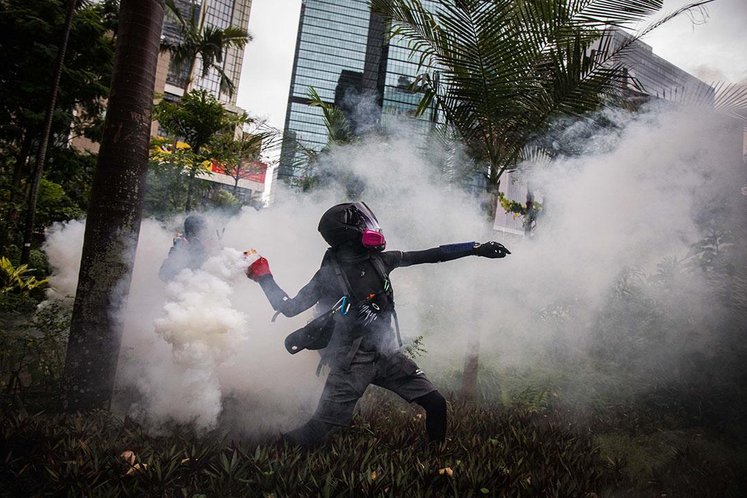 10月6日,傍晚6點左右,港島,示威者將催淚彈扔往警方方向。