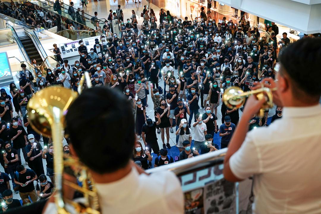 2019年10月2日,九龍塘又一城,市民在合唱《願榮光歸香港》。