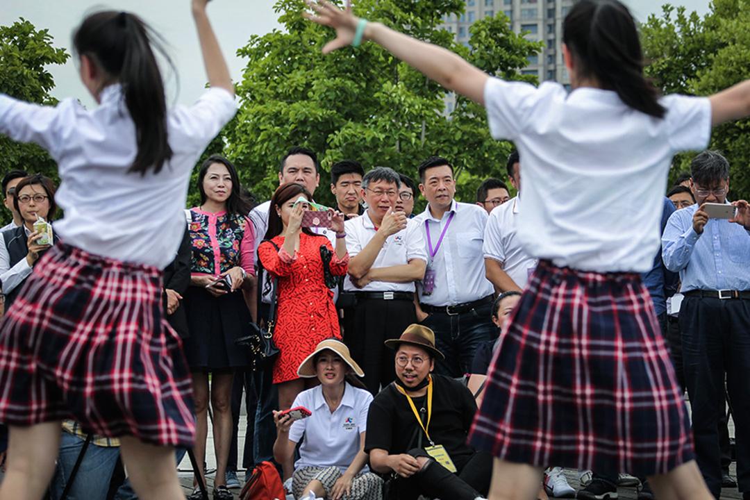 2017年7月2日台北市長柯文哲觀看台北和上海的學生跳舞。 攝:Visual China Group via Getty Images
