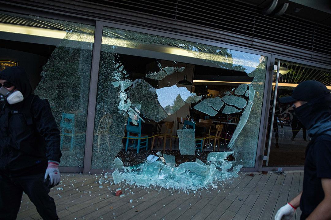 2019年10月1日,沙田一家店舖的玻璃被示威者擊碎。