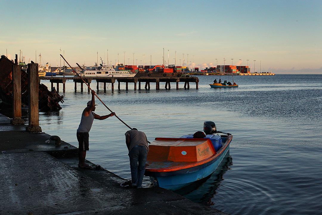 2019年10月12日,所羅門群島一名男子乘船抵達霍尼亞拉中央市場。