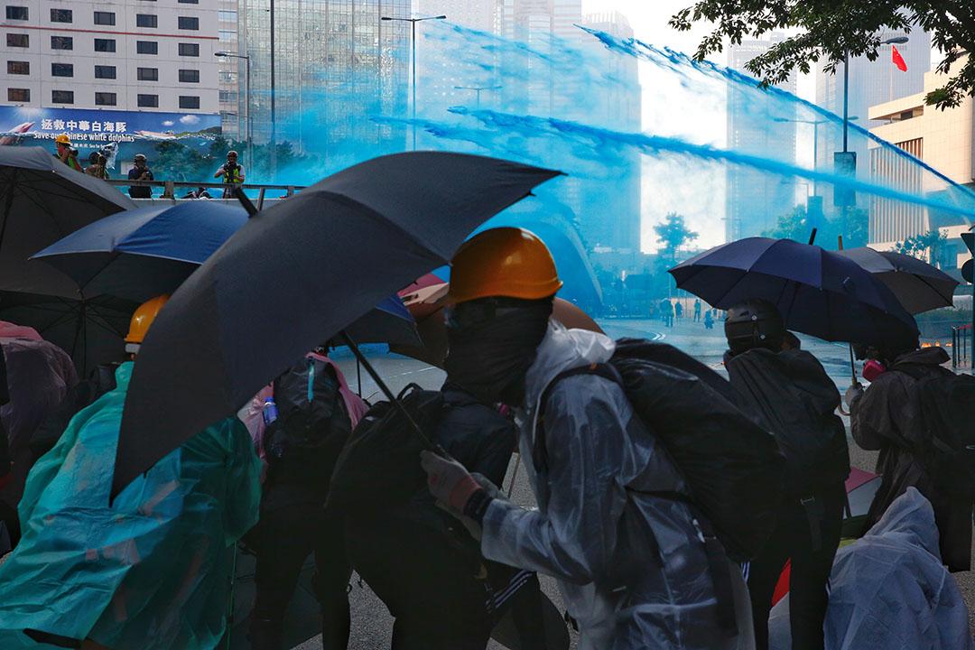 下午四點半左右,金鐘夏愨道,水炮車和藍色水出動,驅散示威者。