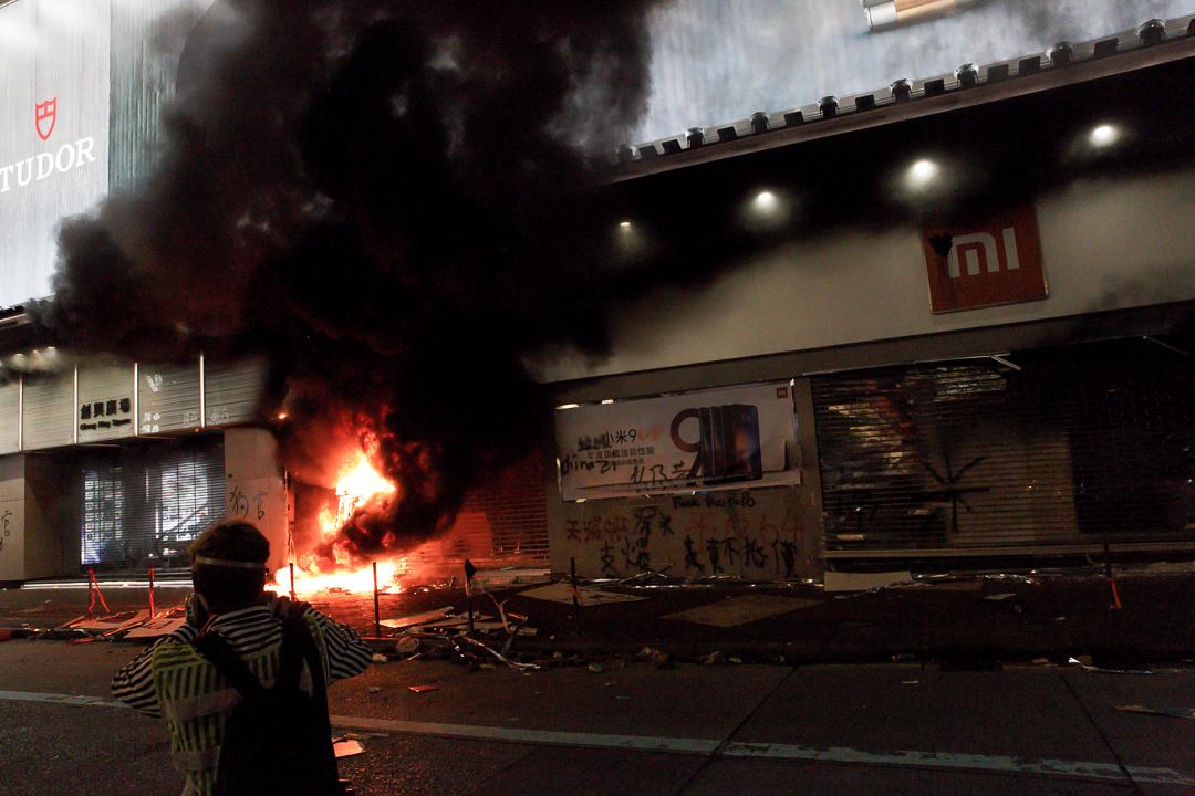 2019年10月20日,旺角,示威者焚燒中資公司小米的店舖。