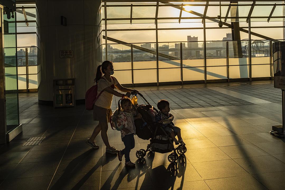 2019年10月9日,一名母親帶著她的孩子在台灣新北市的捷運站內。 攝:陳焯煇/端傳媒