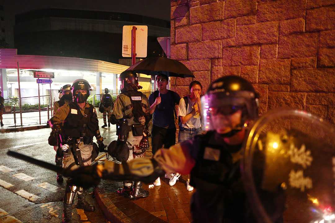 10月6日,晚上8點左右,九龍塘地鐵站外,目睹警察拘捕示威者,而上前理論的途人。