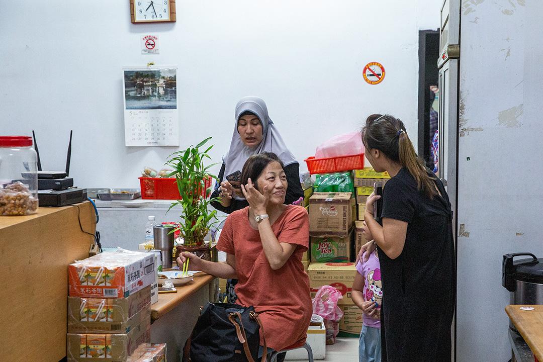 宜蘭縣漁工工會秘書長李麗華,在祈禱會後與印尼餐廳老闆娘聊天。