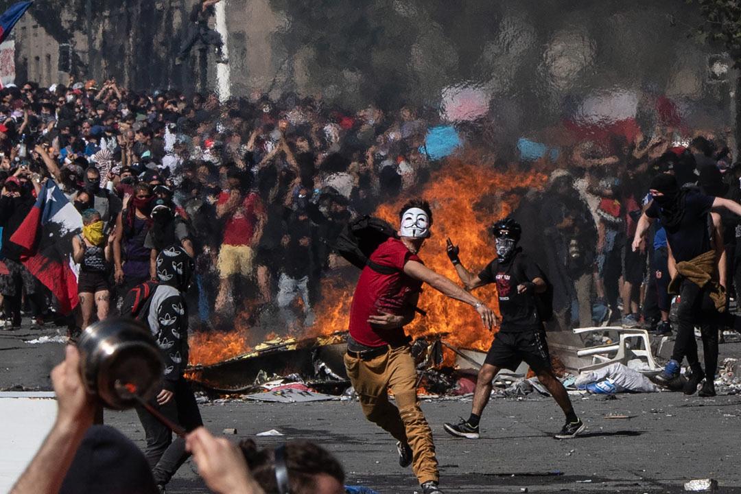 2019年10月22日,智利由地鐵加價引發民眾對國家政策、貧富懸殊等問題的不滿,從最初「跳閘」進入地鐵表達不滿,逐漸演變為大規模的反政府抗爭和持續警民衝突。
