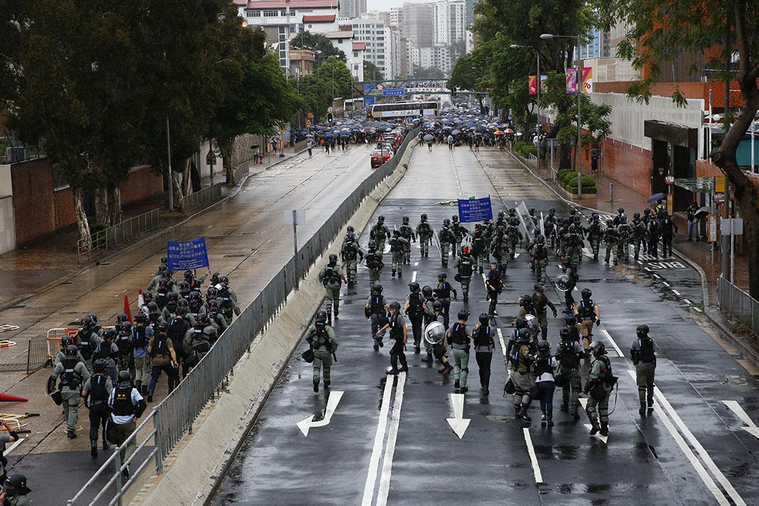 10月6日,下午三點左右,防暴警察在九龍塘窩打老道舉藍旗,示威者後撤。