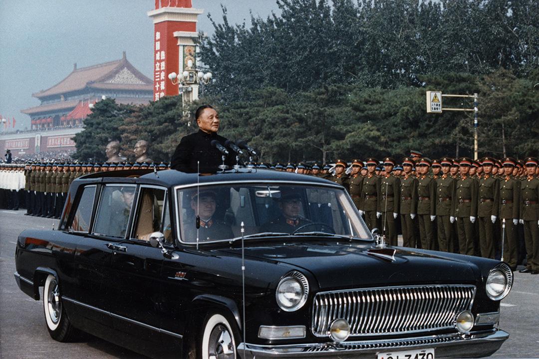 1984年10月1日中國北京,鄧小平在建國35週年慶典上。