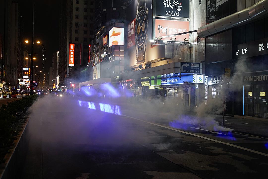 警方在旺角施放催淚彈。