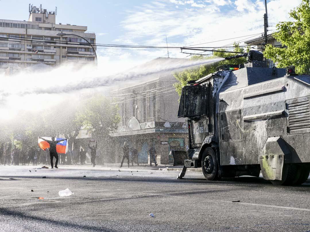 2019年10月26日,智利城市瓦爾帕萊索(Valparaiso),軍警用水砲車試圖驅散示威者。