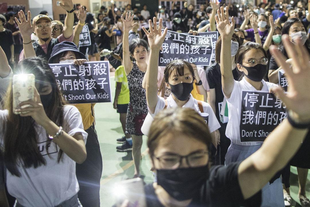 2019年10月2日,香港荃灣,市民集會抗議警察用實彈射擊18歲學生示威者。 攝:陳焯煇/端傳媒