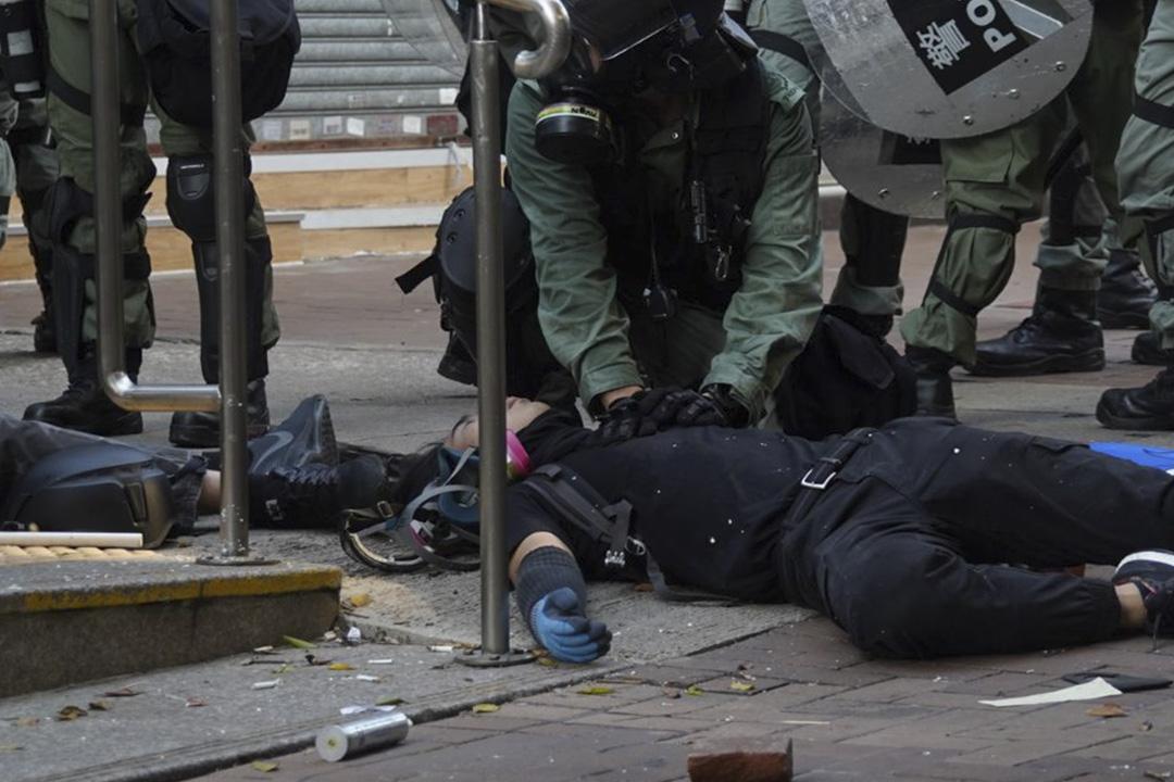 2019年10月1日,首次有示威者被實彈擊中,中彈者為中五學生。 圖:網上圖片,來源為港大校園電視