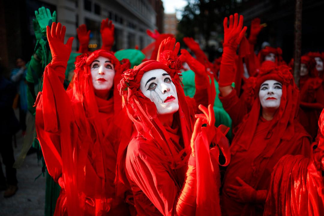2019年10月6日,倫敦,面抹白粉,身穿紅衣的反氣候變化的街頭抗議者。 攝:Tolga Akmen/AFP via Getty Images