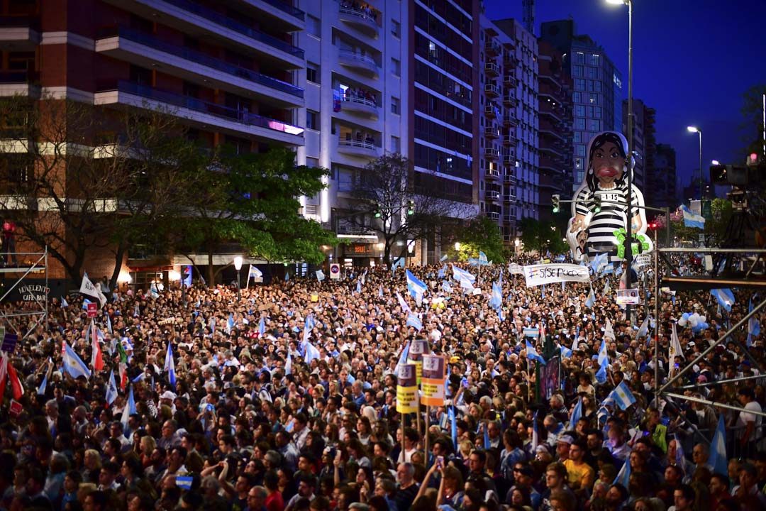 2019年10月24日,阿根廷總統馬克里(Mauricio Macri)的支持者在遊行期間舉起前總統克里斯蒂娜(Cristina Fernandez de Kirchner)穿著囚犯衣的吹氣玩偶。