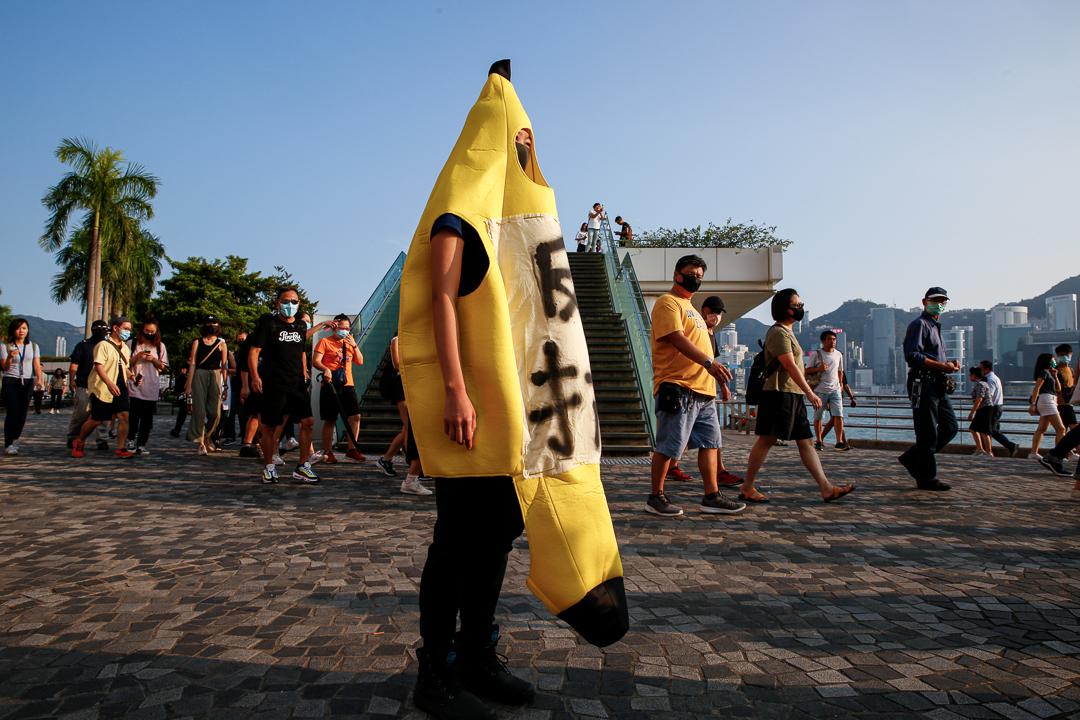 2019年10月5日,尖沙咀,市民穿上服飾抗議禁蒙面法。