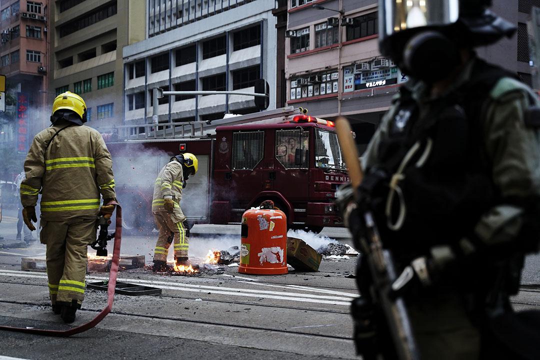 10月6日,下午六點左右,港島,消防員到場滅火。