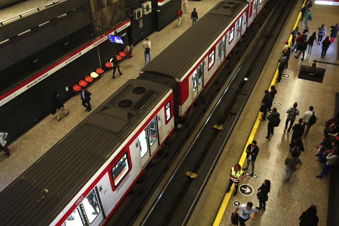 2019年10月25日,智利抗議行動升級,工人發動全國大罷工,早上地鐵月台只有很少上班人士。