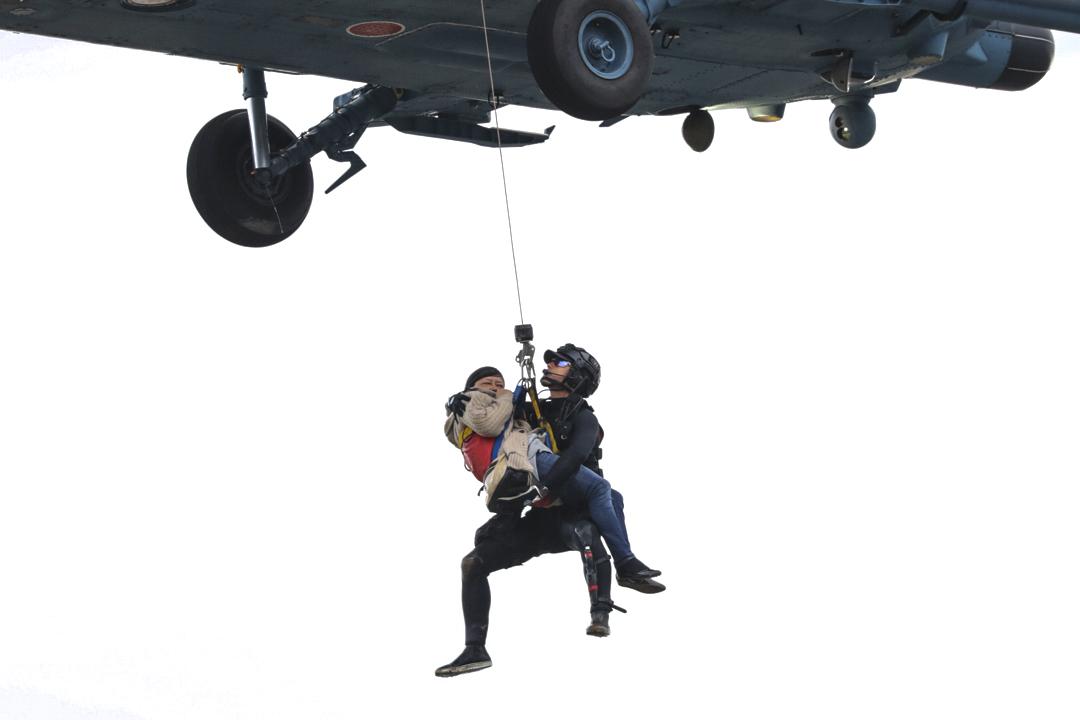 2019年10月14日,自衛隊成員用直昇機幫助運走在長野縣築馬河被困的長者。