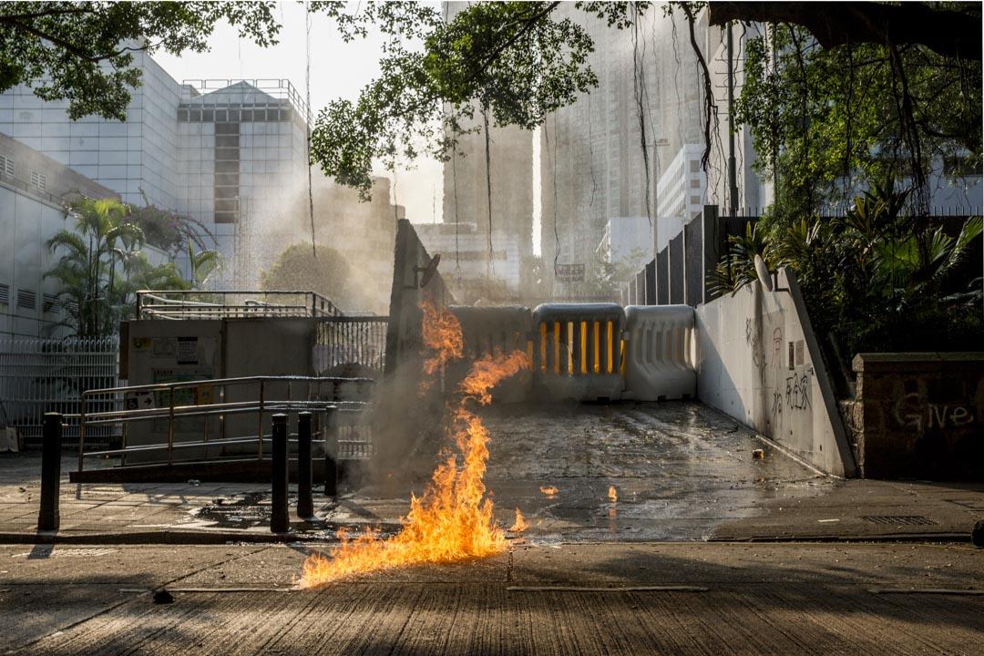 2019年10月20日,示威者向尖沙咀警署投擲氣油彈。