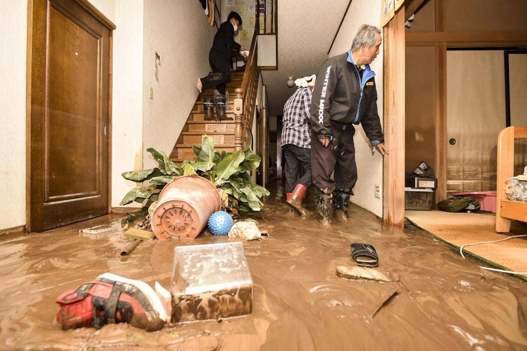 2019年10月14日,長野縣長野市的筑波河氾濫,泥漿進入到一間房屋內。