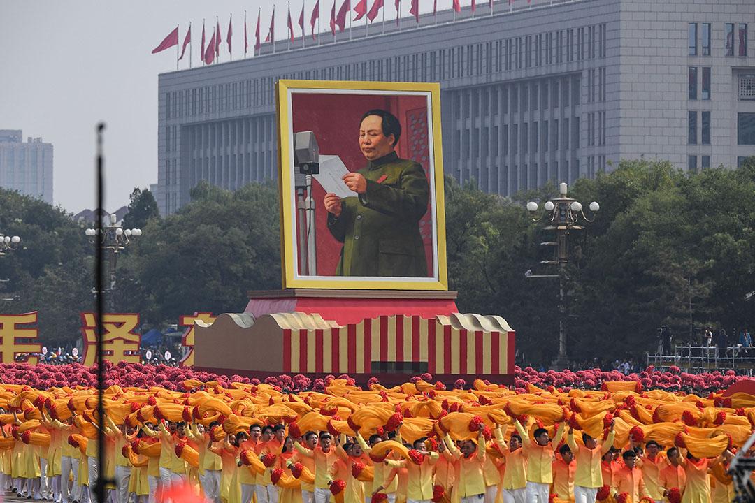 建國偉業方陣簇擁着毛澤東巨幅畫像入場。