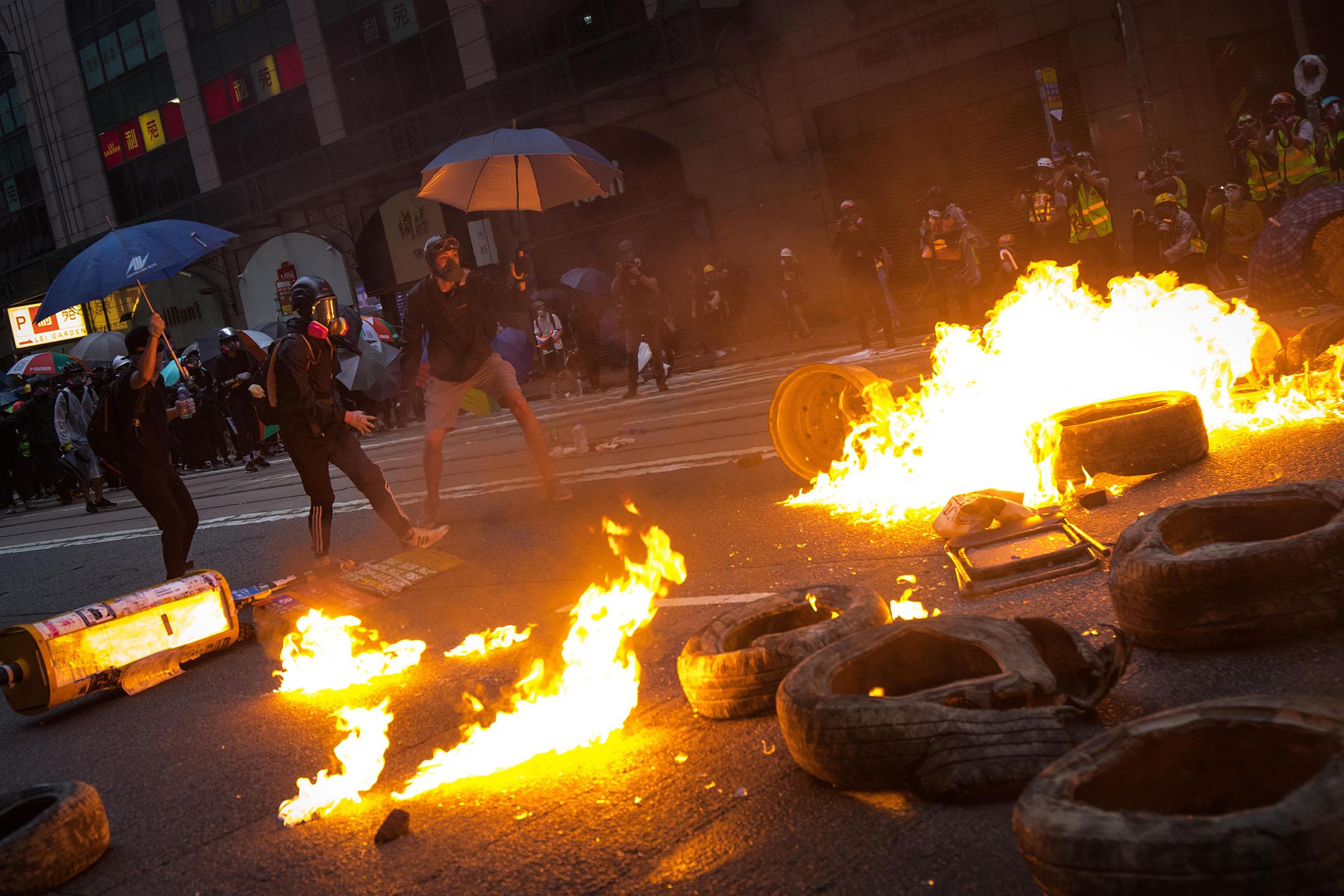 10月6日,傍晚6點左右,港島,示威者焚燒雜物,製造防線。 攝:陳焯煇 / 端傳媒