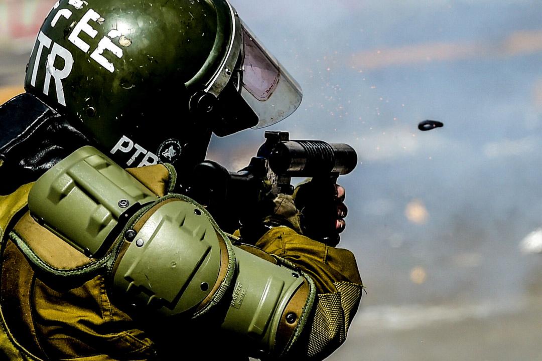 2019年10月21日,智利防暴警發射催淚彈。