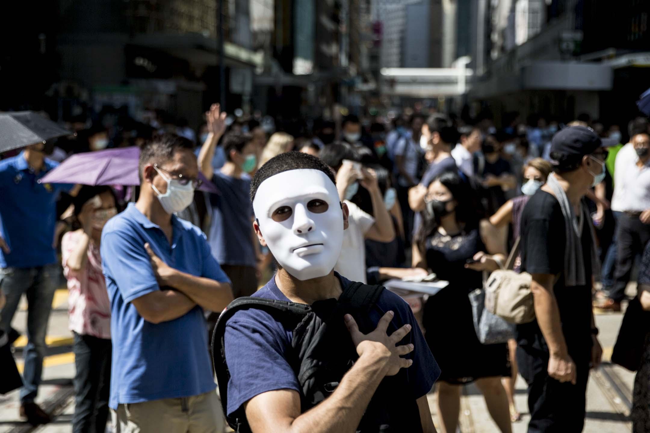 2019年10月4日,中環舉行反緊急法遊行,有參加者戴上面具出席。 攝:林振東/端傳媒