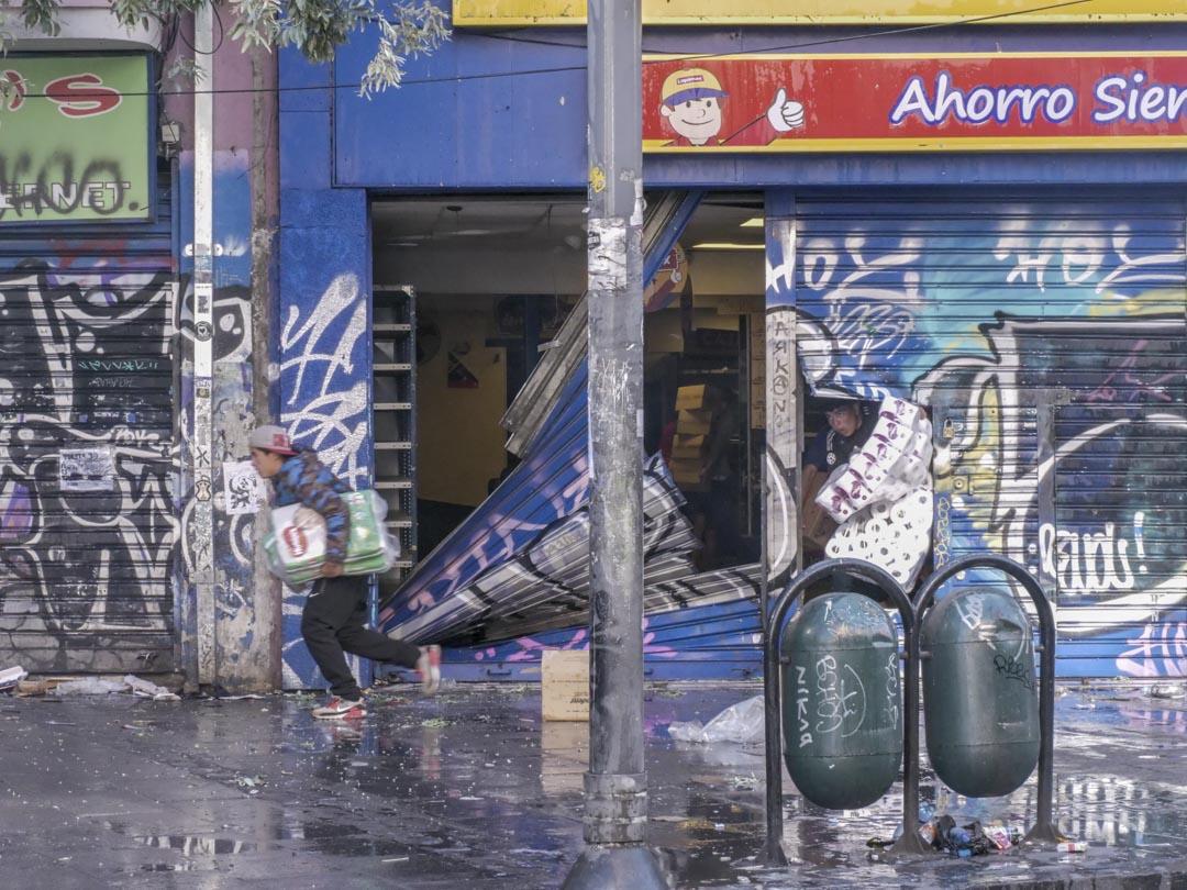 2019年10月25日,智利城市瓦爾帕萊索(Valparaiso)街頭,有人洗劫一家商店。