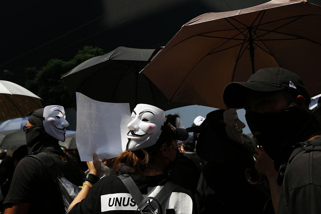 港島遊行隊伍中,有市民戴著「V煞」面具。