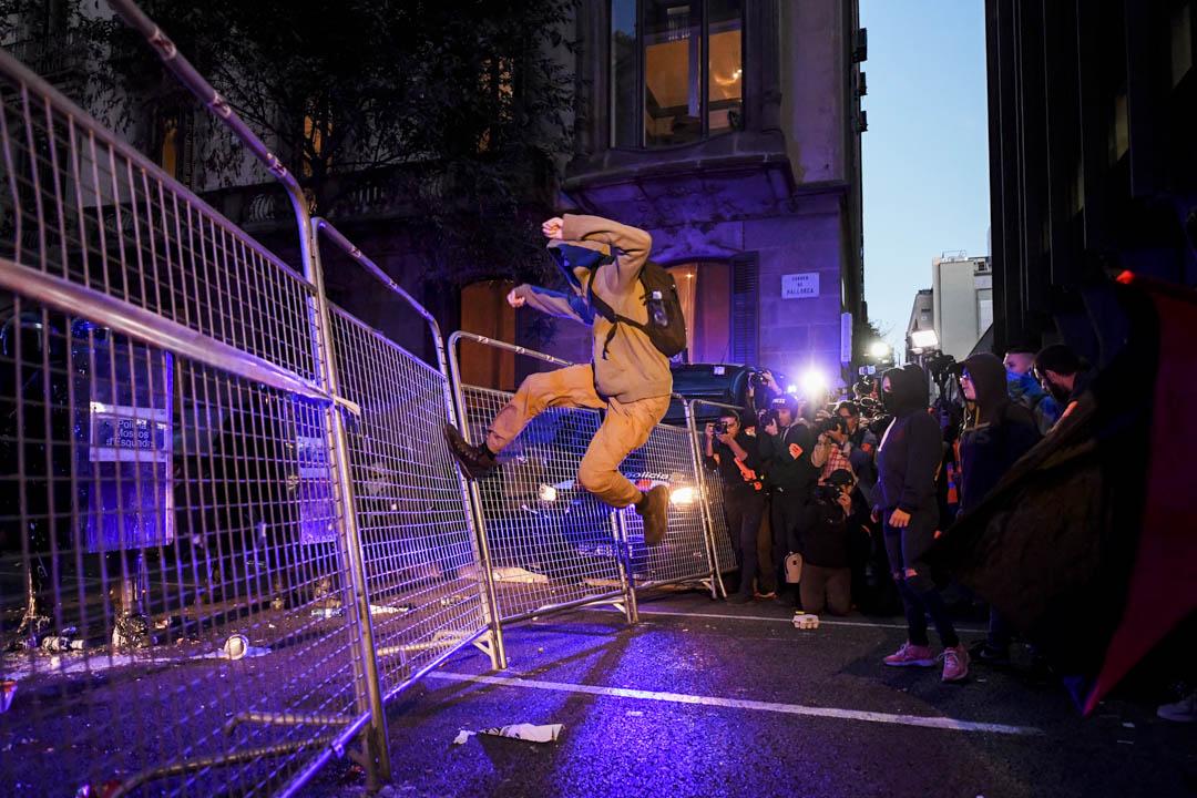 2019年10月15日,巴塞羅拿,一名加泰羅尼亞示威者腳踢著警察路障。