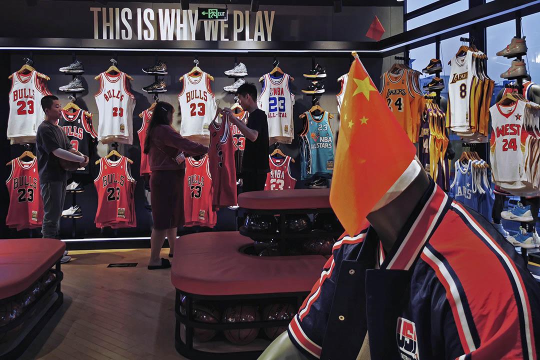 2019年10月9日,一個中國客人在中國北京的NBA旗艦零售店。