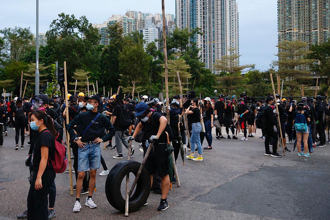10月6日,下午五點半左右,九龍區的示威者手拿木棍。