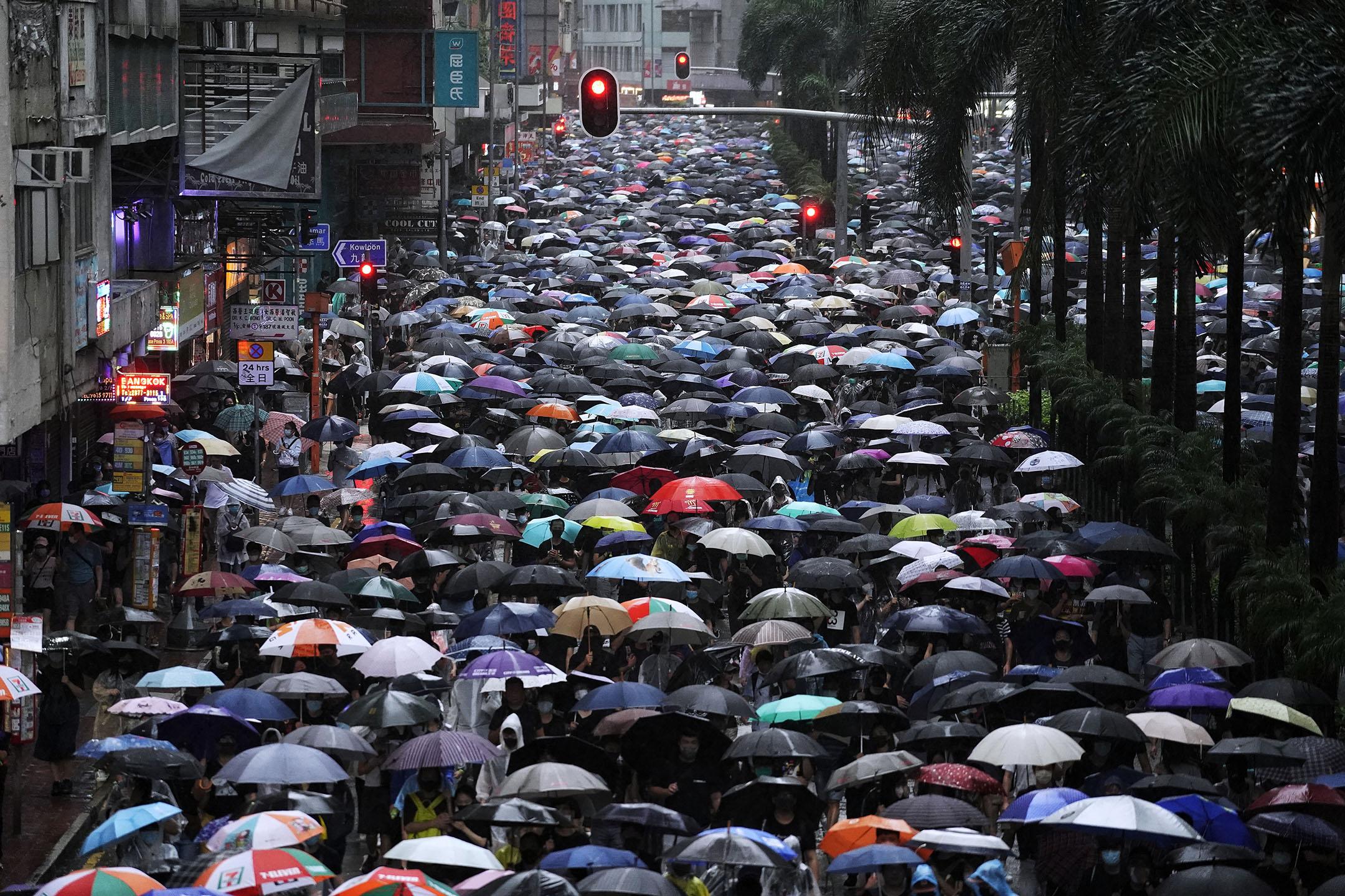 2019年10月6日,銅鑼灣,大雨,示威者撐傘遊行,抗議緊急法及禁蒙面法。